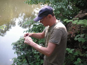 M. Mastrototaro beim Auslegen der Reuse